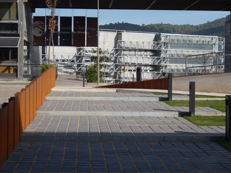 Urbanització dels accessos als edificis ICRA i Narcís Monturiol. Parc Científic i Tecnològic de la UdG